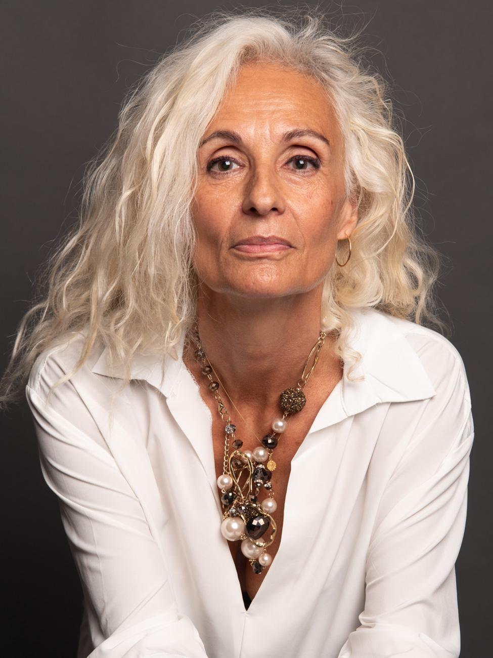 Portrait de femme avec du caractère en studio - Veronique Taupin Taupinprod Photographie.